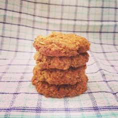 I was tempted this week to make a batch of my traditional Anzac biscuits but instead I challenged myself to make a healthier version of this much loved recipe Clean Eating Recipes, Raw Food Recipes, Healthy Recipes, Yummy Recipes, Healthy Anzac Biscuits, Healthy Treats, Healthy Nutrition, Healthy Food, Cooking Cake