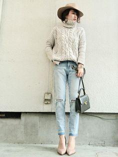 KORMARCHのニット・セーターを使ったmikiさんのコーディネートです。│ベージュ、ライトグレー、薄デニム、ピ...
