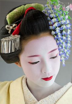 kanzashi in chinese hair style and makeup                             http://learningchinesespeak.com