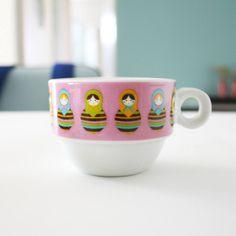 Paixão por louças, xícaras, pratos... Por todos esses trecos de cozinha, a gente não toma café mas tem que ter uma xícara de Matrioska pras visitas 😍 #matrioska #xicara #decoration #decoracao #kitchen