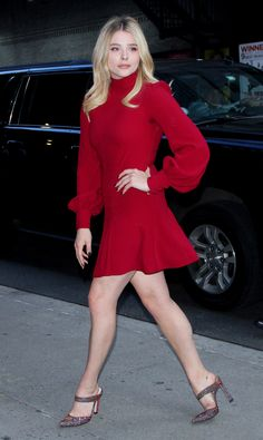 Chloe Grace Moretz wears a flirty red dress in NYC on Aug. Chloe Grace Moretz, Beautiful Actresses, Beautiful Celebrities, Hollywood, Chloe Fashion, Vogue Fashion, Fashion Hair, High Fashion, Hit Girl