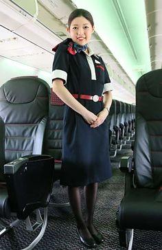 日本航空の客室乗務員=愛知県常滑市の中部国際空港