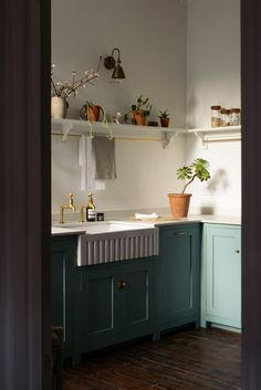 """For a small kitchen """"spacious"""" it is above all a kitchen layout I or U kitchen layout according to the configuration of the space. Farmhouse Style Kitchen, Modern Farmhouse Kitchens, Country Kitchen, Devol Kitchens, Interior Minimalista, English Kitchens, Art Deco, Shaker Kitchen, Kitchen Cupboard"""