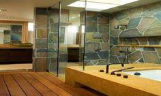 Batu alam dapat diubah menjadi ornamen yang menawan dengan disusun seperti mosaik di dinding rumah.