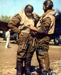 Macchi C 200 saetta con i loro piloti in uniforme