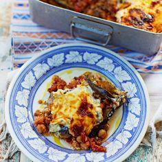 Groente moussaka uit Griekenland van jamie Oliver. Met aubergine, linzen, kikkererwten, tomaat, feta, pochina, tomaten, melk bloem, ui, knoflook enz.. Nederlands geschreven