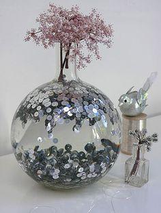 Hier finden Sie Bastelideen zur Gestaltung von originellen Vasen. Mit Centstücken, Pailletten und anderem Material können alte Vasen modernisiert werden.