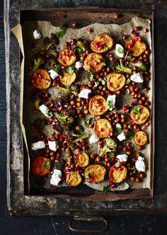 Ainakin bataatti, parsakaali, kikherneet, vuohenjuusto ja granaattiomena sopivat hyvin yhteen.