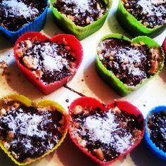 Plantaardig zonder banaan: Sjokokokosdadelkoekenhartjes. Zoete liefdesbommen.
