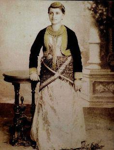 Santeos: ΤΑ ΔΥΟ ΠΑ Κ' ΕΛΕΠ'ΝΕ ΚΑΛΑ!!!!! Gypsy Costume, Folk Costume, Costumes, Folk Dance, Photographs Of People, Greek Clothing, Black Sea, Traditional Dresses, The Past