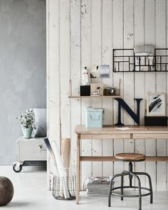 Workspace corner in the living room with a magazine rack, big letter, a wooden stool, a wooden desk and a wired basket | Styling Fietje Bruijn, Marianne Luning, Frans Uyterlinde | vtwonen june 2015 | #vtwonenshop