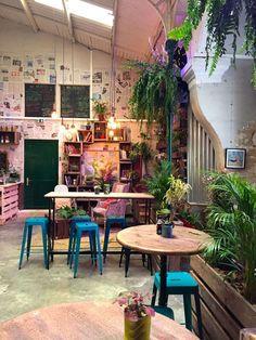le café L'Improbable cache une véritable caverne d'Alibaba dans un ancien garage redécoré : coin cosy avec tentures...
