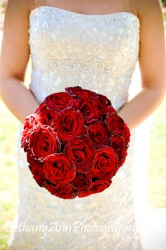 All red bride's bouquet. Simply stunning. <3 www.lulus-bridal.com #weddings2014 #weddingtrends #weddingcolorg.