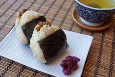 Onigiri zijn Japanse rijstballen. Het is leuk om dit gerecht te maken en zijn een hoofdbestanddeel voor Japanse lunchboxen (bento). Je kunt bijna alles in een onigiri stoppen; probeer eens gegrilde zalm, rundvlees, varkensvlees, kalkoen of tonijn met...