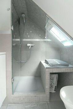 사진 52 장의 경사면 또는 다락방 욕실! Bathroom Rugs, Bathroom Storage, Attic, Glass Art, Bathtub, Decor, Ideas, Build A Wardrobe, Shower Cabin