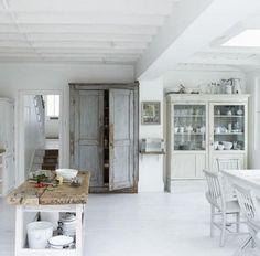 De oude kasten maken de sfeer in deze keuken, samen met de stoere tafel van oud hout. Ben je op zoek naar zulke oude kasten en tafels; kijk dan bij www.old-basics.nl daar hebben ze steeds weer nieuwe aanvoer van de mooiste echte oude meubelen en accessoires!