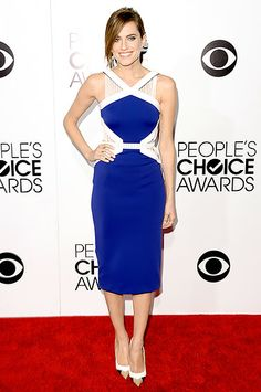 Allison Williams stunned on the red carpet at the 2014 People's Choice Awards in a sleeveless, structured, blue and white dress with accordion-style cutouts up top and at her waist.