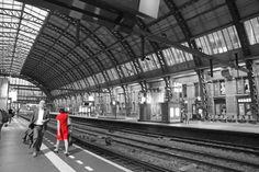 www.elfoton.com #elfoton14 @elfoton_es #categoria #Reportaje #sinfiltros #instagram usuario : anadel (Holanda) - Centraal Station en rojo - Tomada en Amsterdam el junio 2014
