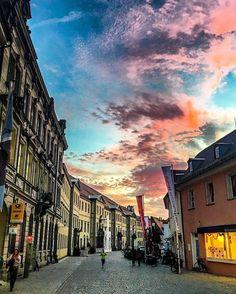 Die Kanzleistraße in Bayreuth - Teil der Fußgängerzone - an einem der Abende mit den spektakulären Sonnenuntergängen.  The Kanzleistrasse in the city of Bayreuth on an evening with a spectacular burning sky.  Danke an @taxi.klein.bayreuth für dieses Bild.  #burningsky #theculturetrip #culture #culturetravel #instagram #instatravel #igersfranconia #bayreuth #franken #franconia #14cities #visitfranconia #europetrip #travel #travelpic #germany #discover #europe #tlpicks #bestgermanypics…
