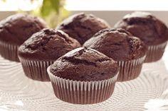La mejor receta de Muffin de chocolate. Consigue un resultado esponjoso con mucho sabor para disfrutar de uno de los postres más de moda
