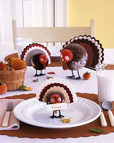 Pom-Pom Tom Decoration DIY Martha Stewart The only turkey you won't want to gobble up this holiday? One of our comely yarn-and-felt creations. Thanksgiving Place Cards, Thanksgiving Table Settings, Thanksgiving Centerpieces, Thanksgiving Crafts, Holiday Crafts, Holiday Fun, Pilgrims Thanksgiving, Holiday Ideas, Thanksgiving Platter