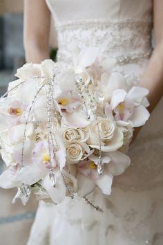 Heller Brautstrauß aus Rosen mit Orchideen in Creme