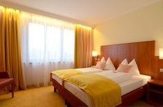Gemütliche Hotelzimmer im Hotel Wachauerhof Bed, Furniture, Home Decor, Hotel Bedrooms, Ideas, Decoration Home, Stream Bed, Room Decor, Home Furnishings