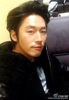 no smile ? I beg smile because your smile makes the world beautiful Asian Actors, Korean Actors, Deep Rooted Tree, Jang Nara, Jang Hyuk, Korean Entertainment, Smile Because, Popular Culture, Gorgeous Men