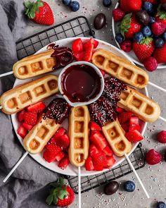 Super Fluffy Vegan Waffle Sticks With Chocolate Waffle Pops, Waffle Bar, Köstliche Desserts, Dessert Drinks, Waffle Desserts, Chocolate Sticks, Vegan Chocolate, Waffle Sticks, Waffles