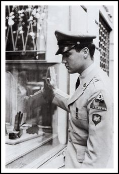 While he was stationed in Germany, Elvis Presley visited Paris three times. In this article we will focus on his first trip to The City Of Light, and specifically on June 17, 1959, during which Elvis and his entourage stayed at hotel Prince De Galles (Prince Of Wales). Elvis outside the hotel in uniform !