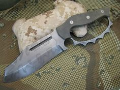 Don't really like the shape, just the idea. A Bowie w a knuckle duster hand guard, trench knife Cool Knives, Knives And Tools, Knives And Swords, Tactical Knives, Tactical Gear, Survival Knife, Survival Gear, Zombies Survival, Outdoor Survival