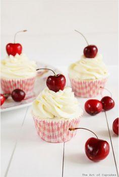 Cupcakes de cereza con frosting de chocolate blanco