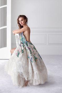 A bordo de um vestido da alta-costura criado por Maria Grazia Chiuri, Natalie Portman é a estrela da campanha do novo Miss Dior (Foto: Divulgação e reprodução Instagram)