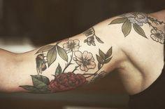 Les hommes aussi se laissent tenter par les tatouages floraux d'Alice Carrier