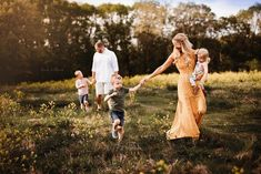 Family photo outdoors - - Family photo outdoors Home&Lifestyle Familienfoto im Freien Family Portrait Outfits, Family Portrait Poses, Family Picture Poses, Family Picture Outfits, Family Photo Sessions, Family Posing, Mini Sessions, Family Photo Shoots, Outdoor Family Photography