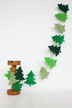 クリスマスの時期にぴったりな、ツリーのガーランド。 フェルトを形に切って、糸でつなげれば、すぐにできあがり! 大きなツリーを飾れなくても、満足できちゃいます*