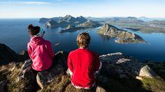 Ifølge forskningen til Mari Sundli Tveit er følelsene man har til landskapet sterkt relatert til hvilket yrke man har. Denne utsikten mot Vestvågøy bør både fiskere og bønder kunne like.