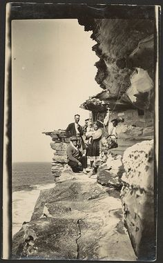 An Australian family has been forced to become cave dwellers during the depression, near Kurnell, New South Wales, v Wonderful Places, Great Places, Great Photos, Old Photos, Australian Bush, Australian People, Aboriginal History, Sydney Beaches, Land Of Oz