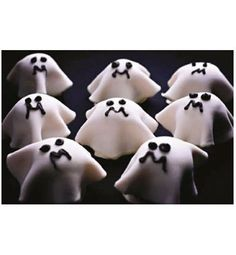 This is a guide about making ghost cupcakes. Why not have ghost cupcakes haunt your dessert table this Halloween? Ghost decorations are a simple yet spooky cupcake topper. Halloween Desserts, Halloween Cupcakes Decoration, Postres Halloween, Diy Halloween Food, Halloween Ghost Decorations, Dessert Decoration, Creepy Halloween, Halloween Kids, Dessert Table