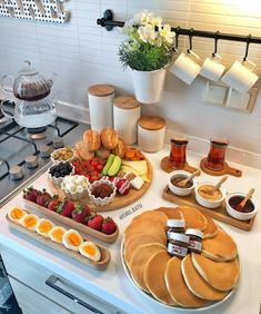 Think Food, I Love Food, Cute Food, Yummy Food, Breakfast Platter, Breakfast Buffet, Pancake Breakfast, Breakfast Set, Birthday Breakfast
