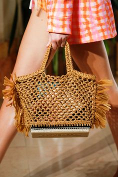 Crochet Handbags Altuzarra Spring 2019 Ready-to-Wear Collection - Vogue - The complete Altuzarra Spring 2019 Ready-to-Wear fashion show now on Vogue Runway. Mode Crochet, Crochet Shell Stitch, Knit Crochet, Crochet Handbags, Crochet Purses, Crochet Bags, Crochet Vintage, Spring Handbags, Summer Bags