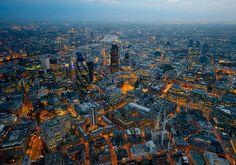 7milComo horno refulgente en la noche, Londres se convirtió en la urbe más grande del mundo durante el auge carbonero de la Revolución Industrial.  Foto: Jason Hawkes