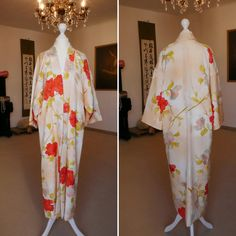 Etsy のKimono Coat in hellen Pastell Orange und Gelb mit hübschen Blumen Muster / Kimonorobe aus Seide / Seide lange Jacke / Mantel aus Kimonostoff(ショップ名:TodaysCoordinate) Kimono Coat, Kimono Fabric, Silk Kimono, Kimono Dress, Vintage Kimono, Long Jackets, Flat Color, Orange, Yellow
