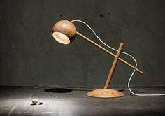 På vores besøg til Stockholm messen i vinters faldt jeg over denne fine bordlampe Oo i træ af den norske...