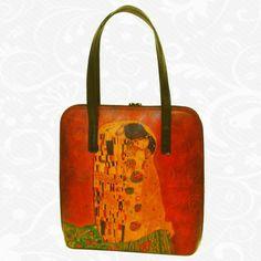Motív: Gustav Klimt – The kiss  Na výrobkoch sú inšpiráciou diela maliarskych velikánov, ich pozoruhodné detaily a motívy. Sú to spomienky na krásne výtvarné diela, ich pripomenutie. Na každom kuse kože je však dielo originálne namaľované tak, ako to cíti výtvarník. Preto nie sú dva rovnaké obrázky. Každý kus je originál, každý je niečím zvláštny, výnimočný, jedinečný.