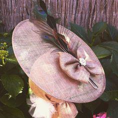 tocado tipo plato en sinamay bronce con plumas de faisn y pavo real y broche de
