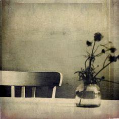 Une chaise et un bouquet