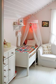 girls bedroom - there are those white wood floors I want