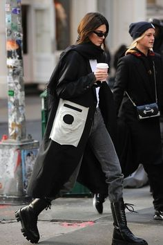 Find images and videos about kendall jenner on We Heart It - the app to get lost in what you love. Look Street Style, Model Street Style, Nyfw Street Style, Street Styles, Mode Streetwear, Streetwear Fashion, Winter Fashion Outfits, Look Fashion, Mode Outfits