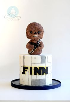 How to Make a Simple Chewbacca Star Wars Cake - Star Wars Cake - Ideas of Star Wars Cake - How to Chewbacca and star wars cake by Mcgreevy cakes. Star Wars Torte, Bolo Star Wars, Star Wars Cake Toppers, Star Wars Cupcakes, Fondant Cakes, Cupcake Cakes, Fondant Toppers, Cup Cakes, Aniversario Star Wars
